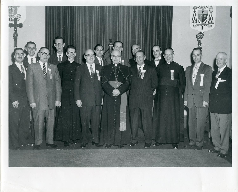 Un groupe de joailliers et Omer à gauche du curé sur la photo