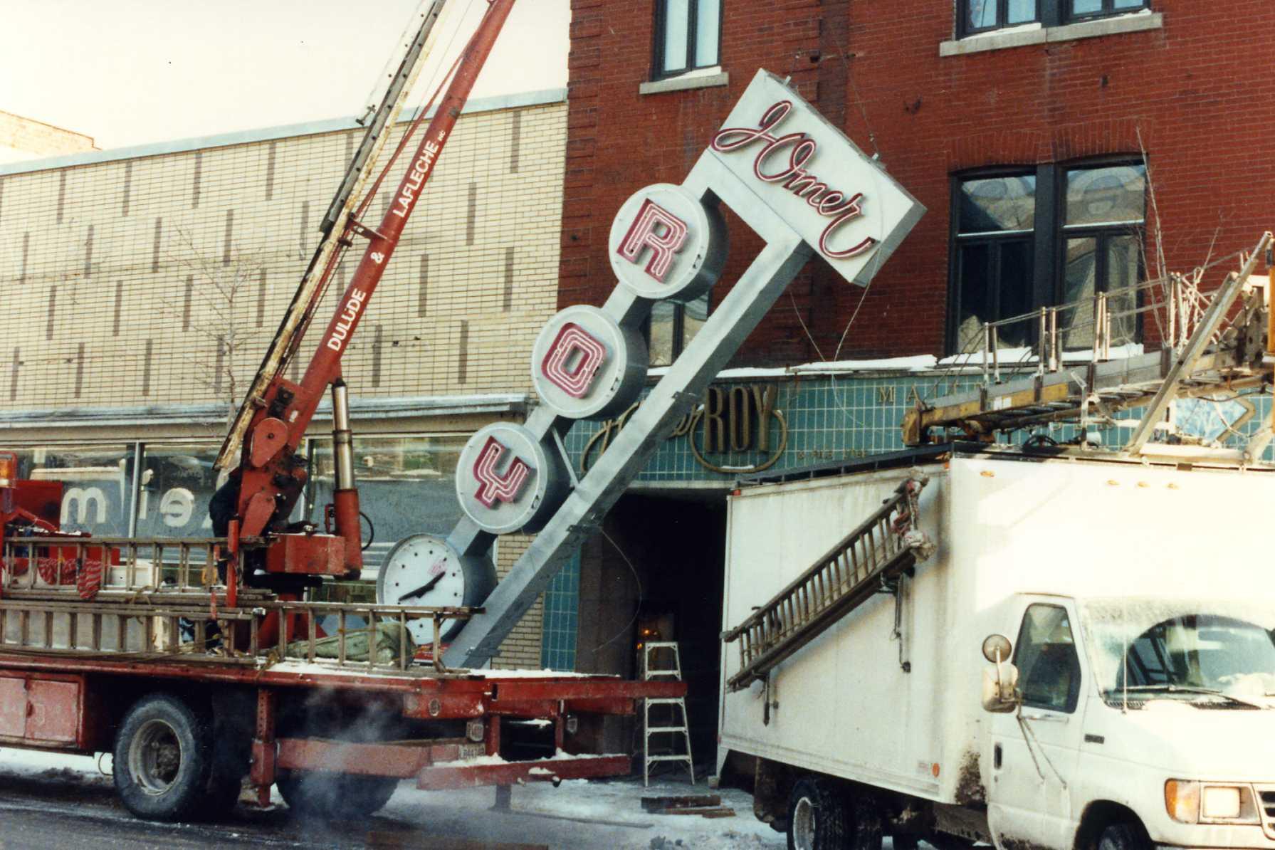 Réinstallation de l'enseigne en 1993